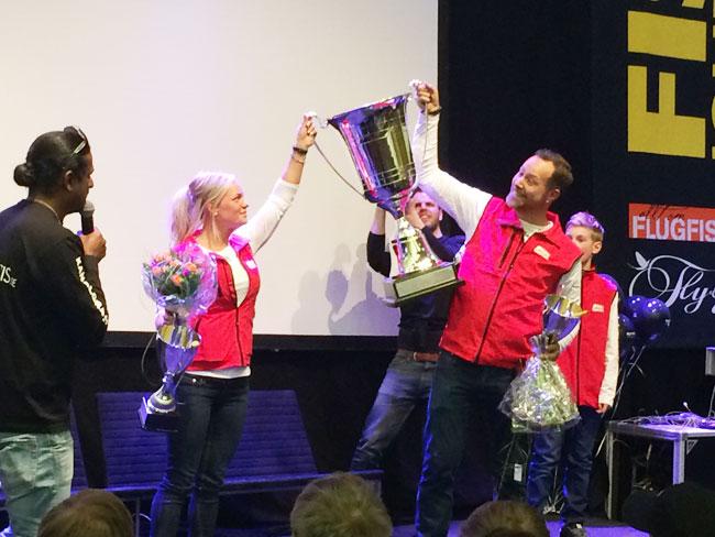 """Evelina Henriksen och Claes """"Svartzonker"""" Claesson tar emot den stora vandringspokalen i finalen av Fly VS Jerk."""