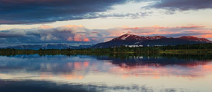 Ibland antar till och med bergen samma färger som röding arna, det är då man spanar extra noga efter vak på sjön.