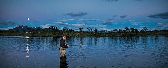 Rödingtimman, vattnet ligger stilla och ute på sjön syns försiktiga vak.